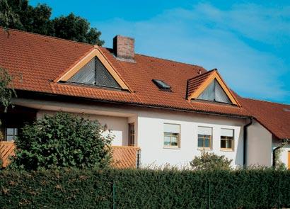 Hausbau details dach garagen fassade treppen for Badideen unterm dach