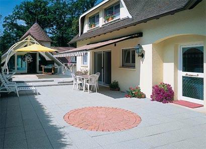 terrasse ideen gestalten holz pergola dielenboden weißer deko kies