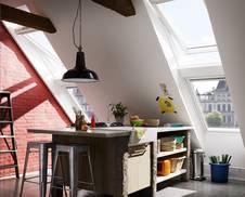 In Einer Küche Unter Der Dachschräge Hilft Viel Natürliches Tageslicht Beim  Kochen. Allerdings Sollten Die Fenster Aus Kunststoff Sein, Denn Dann Sind  Sie ...