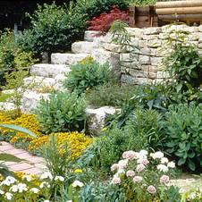 Naturstein für Wege, Mauern und Treppen im Garten nutzen