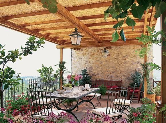 Im Mediterranen Ambiente Kommt Diese Terrassengestaltung Daher. Dekoriert  Mit Den Passenden Blumen Und ZItrusbäumchen Stellt