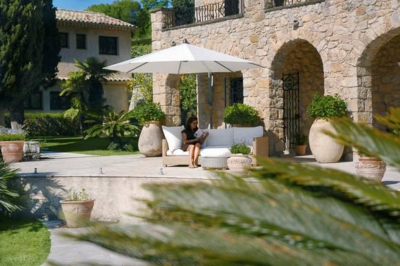 Wie Der Außenbereich Einer Mallorquinischen Finca Mutet Diese Terrasse An.  Große Terrakotta Töpfe,