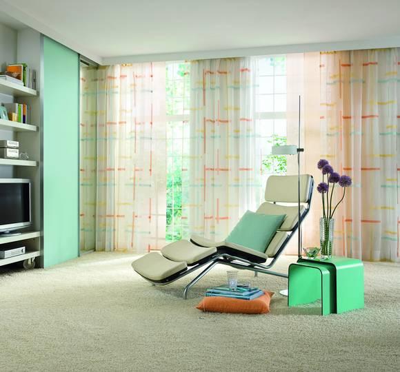 Gardinen Fenster Heizung : Kariert in Orange und Blautönen wirkt diese Fensterdekoration modern