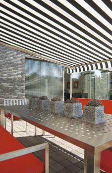 stilvolle moderne markisen f r eine elegante gestaltung der terrasse. Black Bedroom Furniture Sets. Home Design Ideas